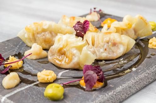 Gyozas de cocido madrileño con humus Mitte