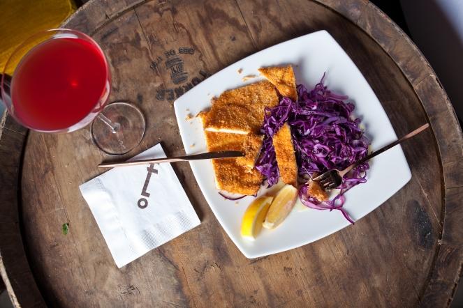 Pollo Schnitzel con Crema Agria, Puré de patatas y Lombarda (1)