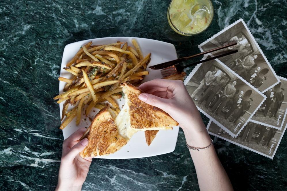 Sandwich de Queso Trufado fundido con Patatas fritas al Parmesano