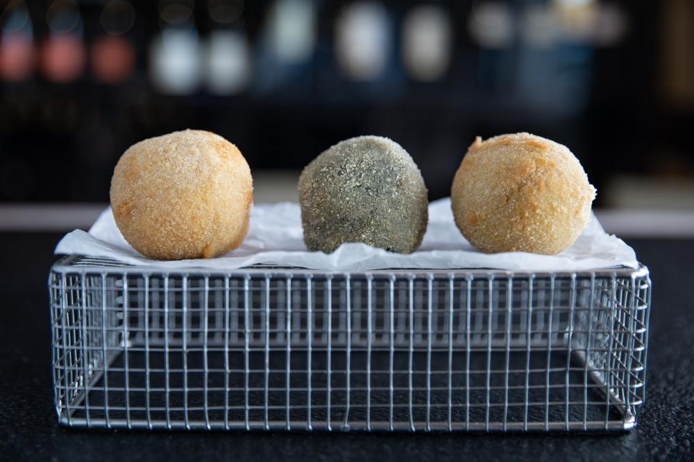 ponteareas - platos - barra - croquetas de cocido gallego, calamares en su tinta y carabinero (1)