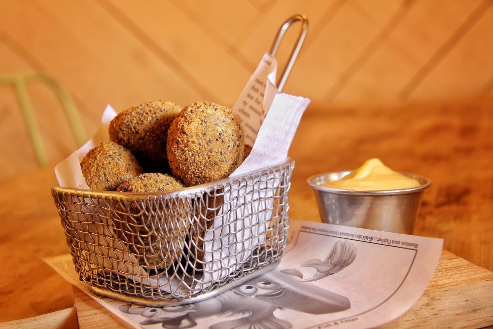 rita la cantaora - croquetas de morcilla, manzana y almendra